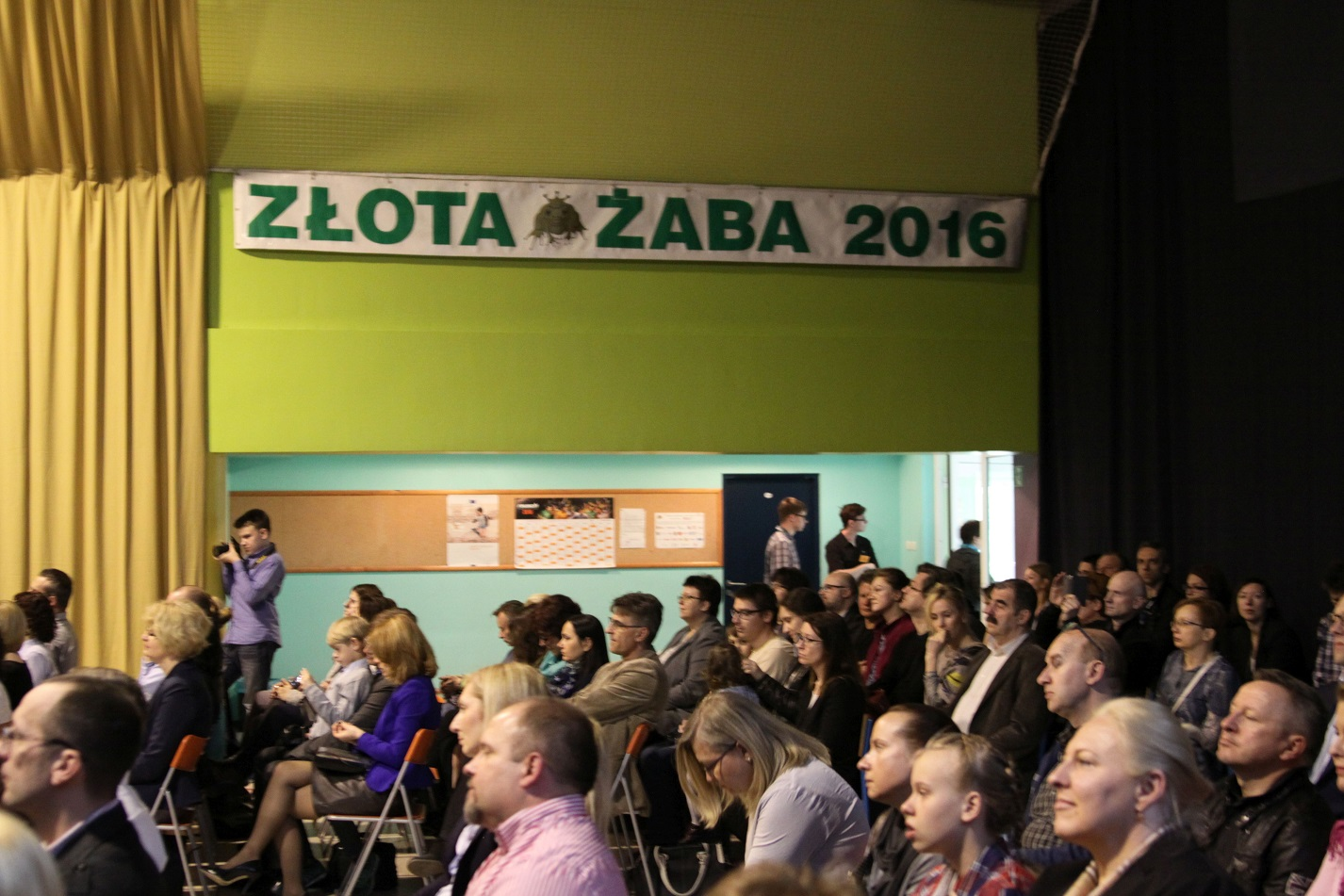 stłoczona publiczność i baner z rokiem